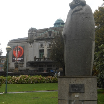 Statue de Henrik Ibsen devant le Théâtre National